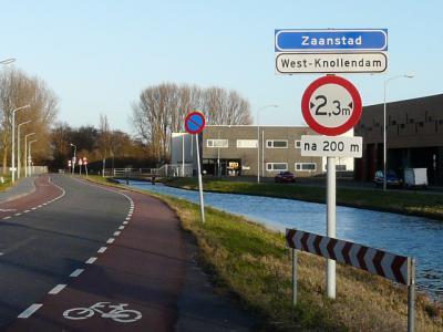 Ook op dit recent - vermoedelijk in 2015 - geplaatste bord staat gelukkig de oorspronkelijke en wat ons betreft correcte spelling West-Knollendam. (© H.W. Fluks)