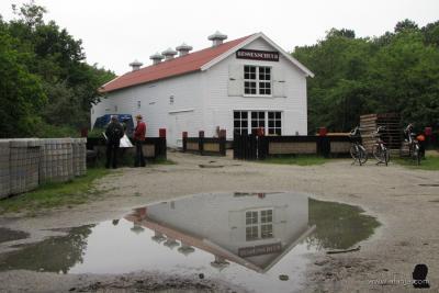 De Bessenschuur in West-Terschelling dankt zijn naam aan het feit dat hier vele jaren geleden de cranberries na de oogst werden verzameld en gesorteerd. Het is de enige originele Bessenschuur in Europa. (©https://afanja.com/2017/07/12/bij-de-bessenschuur)