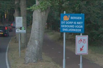 Buurtschap Westdorp ligt binnen de bebouwde kom van het dorp Bergen. Vlak voor het betreden daarvan wordt gemotoriseerd verkeer dat vanuit Bergen aan Zee en Egmond aan den Hoef de Eeuwigelaan oprijdt, verzocht gas te minderen. (© Google StreetView)