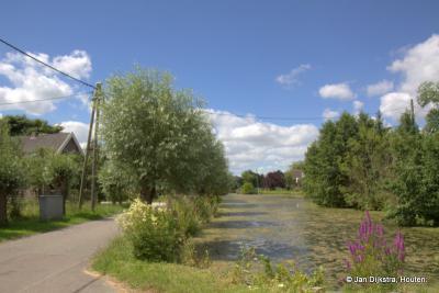 De stroomkabels gaan in buurtschap Westeinde nog ouderwets door de lucht