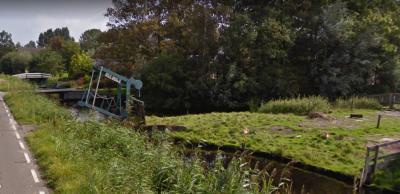 In buurtschap Westeinde, ZW van Zoeterwoude-Dorp, kun je o.a. mooie, oude, monumentale boerderijen bewonderen. Maar ook 'Opa's Brugje', een kennelijk privébrugje van 'Opa' naar zijn landje aan de overkant van het water. (© Google)