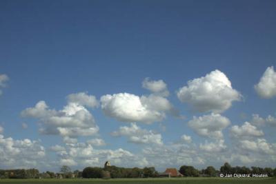 In het landschap rondom Westerein zien we naar het zuiden het dorp Spannum aan de horizon.