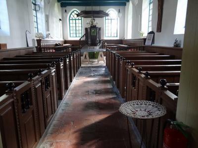 Interieur van de sobere, 13e-eeuwse Hervormde (PKN) kerk van Westernieland. (© Harry Perton / https://groninganus.wordpress.com/2019/09/14/van-baflo-naar-leens-op-open-monumentendag)