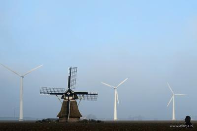 De oude Kleilânsmole uit 1865 en de moderne windturbines staan in Westernijtsjerk (buurtschap van Marrum) gebroederlijk naast elkaar.
