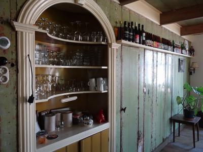 Westerwijtwerd, interieur van het Huiskamercafé. (© Harry Perton / https://groninganus.wordpress.com/2019/08/24/rondje-schaphalsterzijl-fraamklap)