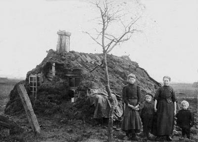 De woningen aan de Verbindingsweg in Veelerveen waren een initiatief van dokter Pieter Bloemers Middendorp, die de erbarmelijke leefomstandigheden van de arbeiders vastlegde in een fotodocumentaire, waaronder de plaggenhut van dit gezin.