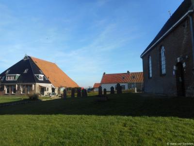 Het hele dorpscentrum, beschermde dorpsgezicht en buurtje Feytebuorren van het dorp Westhem op één foto, zijnde rechts de kerk op Feytebuorren 1, links de boerderij met giga-dak op nr. 3 en achteraan de twee woonhuizen op nrs. 3 en 4.