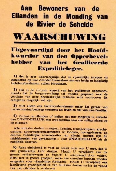 Strooibiljet waarmee de geallieerden aan de Westkapellaars op 2 oktober 1944 laten weten dat ze de volgende dag de Westkapelse Zeedijk zouden bombarderen. Helaas komen veel bommen ook op het dorp zelf terecht. 157 inwoners komen daarbij om het leven.