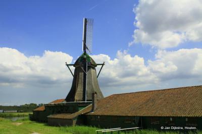 Westzaan, papiermolen De Schoolmeester is de laatste windpapiermolen ter wereld die nog in bedrijf is