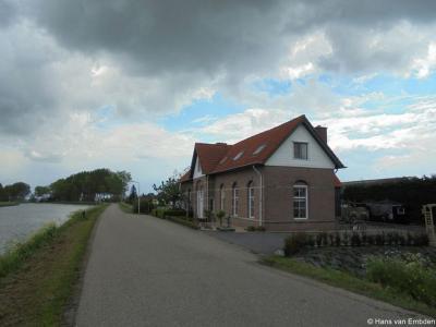 Aan het uiteinde van buurtschap Weverwijk, op Kanaaldijk 1-2, staat een voormalige brugwachterswoning uit 1890. Tegenwoordig is het een dubbel woonhuis.