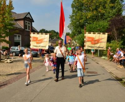 ... en het Oranje Comité noemt het Vierakker-Wichmond. Dus mochten de dorpen ooit formeel fuseren, zal er een naam gekozen moeten worden, en zal een van de twee clubs dus zijn vlaggen moeten aanpassen... ;-)