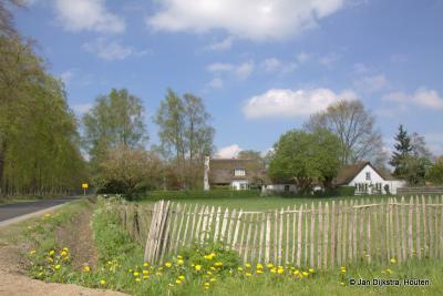 Nog zo'n mooi landelijk hoekje in buurtschap Wieksloot, met een hek van kastanjehouten latten