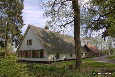 Kom je vanaf de Biltseweg buurtschap Wieksloot binnen, dan zie je al direct de mooie boerderij Wijkerhoek.