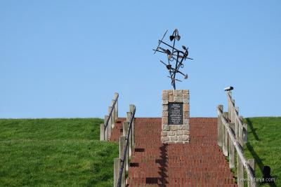 Wierum, monument ter herdenking van de vissersramp van 1893, waarbij 13 van de 17 schepen van de lokale vissersvloot zijn vergaan en 22 vissers zijn verdronken. (© https://afanja.com)