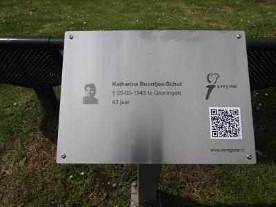 Wierumerschouw, oorlogsmonumentje voor de op 5 mei 1945 overleden schippersvrouw Katharina Boontjes-Schut. Voor nadere informatie zie het hoofdstuk Beeld. (© https://groninganus.wordpress.com/2019/06/16/rondje-ezinge-17)