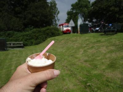 Op de zondagen in de zomer van 2019 stond in buurtschap Wierumerschouw een busje waarin twee dames smakelijk yoghurtijs verkochten. Een welkome onderbreking voor wandelaars en fietsers. (© Harry Perton)