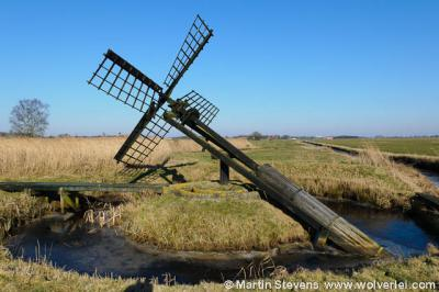 Deze houten paaltjasker houdt het water in natuurgebied De Sânpoel in Wijckel op peil