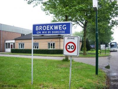 Wijk bij Duurstede, bedrijventerrein Broekweg. Een officieel blauw plaatsnaambord ('kombord') en 30 km-bord (dat meestal wordt gebruikt voor een woonerf) doen vermoeden dat we hier met een plaats te maken hebben. Wat dus niet het geval blijkt.