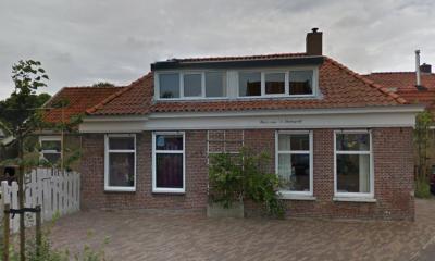 Nog een huis met een wonderlijke naam in Wijnaldum, op Buorren 24: Huize van 't Statiegeld. Kennelijk een gezin dat zoveel drinkt dat ze van het statiegeld dit huis hebben kunnen kopen... (© Google)