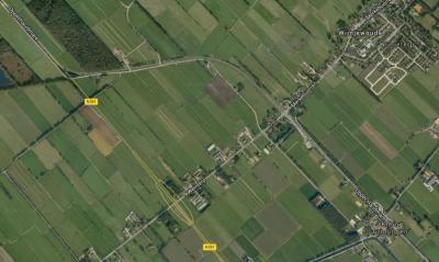 Zo was het: de oude N381 maakte vanuit Drachten bij Wijnjewoude een bocht naar het O en ging vervolgens naar het Z verder door de buurtschap Klein Groningen naar Donkerbroek. (© Google)