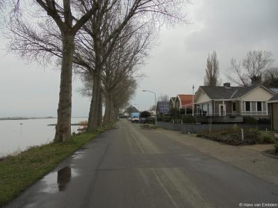 Willemsdorp, Rijksstraatweg 168-172, met links de Kil