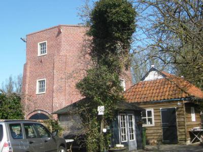 Een ander bijzonder object in buurtschap Willemsstreek is de molenromp als restant van de korenmolen van Woldring, die in 1854 is gebouwd en in 1926 is onttakeld en deels afgebroken. (© H.W. Fluks)