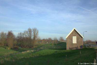 Willige Langerak, het dijkmagazijn, uit 1860, diende als opslag van noodmaterialen als zandzakken, schoppen en kruiwagens, te gebruiken om bij hoogwater eventuele schade aan de Lekdijk te repareren.