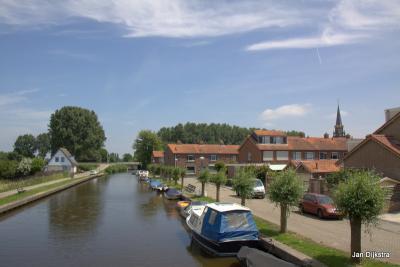 Vanaf de brug over de Ringvaart zien we het dorp Wilnis