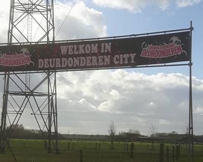 Het dorp Wilp-Achterhoek heet tijdens carnaval officieel Broekersgat, maar Carnavalsvereniging Deurdonderen maakt er Deurdonderen City van (© https://www.facebook.com/CV-Deurdonderen-1414458225448718/)