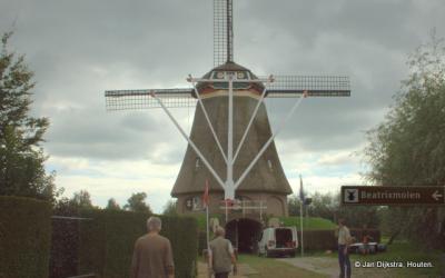 Bij de Beatrixmolen in Winssen. Men brengt alles in gereedheid voor de tweejaarlijkse Molendagen, altijd een heel feest in Winssen.