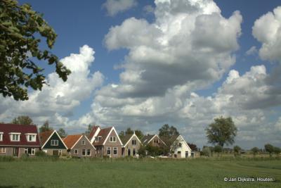 Winsum, met huisjes aan de Franeker Vaart