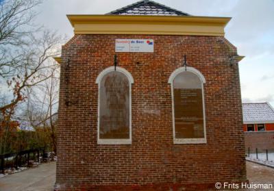 Winsum, het N.A. de Vriesgebouw, de voormalige synagoge van Winsum, achtergevel, met in de 'ramen' de namen van de 13 omgekomen Winsumer joden.