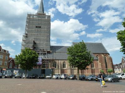 De toren van de imposante Hervormde (PKN) Jacobskerk op de Markt in Winterswijk was anno 2019 aan restauratie toe. Dat is dan ook gebeurd. Hier staat hij, anno juni 2019, in de steigers.