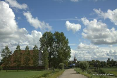 Vanuit Leeuwarden zien we al snel Wirdum in de verte.