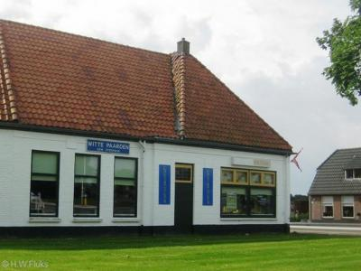 Een oud plaatsnaambord van buurtschap Witte Paarden (nog met 'gem. Steenwijk' erop) heeft nog een aantal jaren aan de gevel van de vroegere gelijknamige herberg gehangen (in ieder geval t/m 2012). Het pand is recentelijk afgebroken.