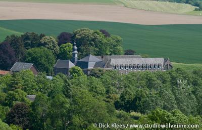 Wittem, het redemptoristenklooster of Klooster Wittem, gezien vanaf de Gulperberg