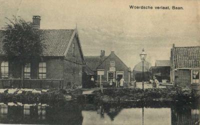 Woerdense Verlaat, Baan, ansichtkaart uit ca. 1930 (in 1931 verzonden, de kaart zelf kan dus ouder zijn). Weet iemand welke locatie dit is? De straatnaam Baan bestaat immers niet (meer) in dit dorp.