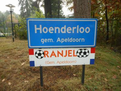 Tijdens de voorbereiding van belangrijke wedstrijden verblijft en traint het Oranje-elftal op het terrein van Hotel Victoria in Woeste Hoeve bij Hoenderloo. Dat dorp wordt daarom in die perioden ook wel Oranjeloo genoemd. (© Hans van Embden)