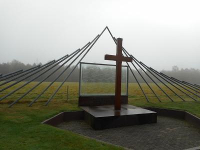Op 8 maart 1945 zijn in buurtschap Woeste Hoeve, als vergelding voor een onbedoelde aanslag door het verzet op Rauter alhier, 117 mannen geëxecuteerd. Na diverse eerdere versies, is ter herdenking daarvan in 1992 dit monument geplaatst. (©Hans van Embden)