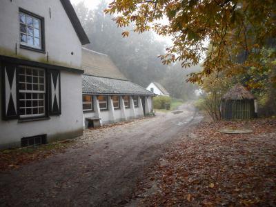 Restaurant De Woeste Hoeve, in de gelijknamige buurtschap, is gevestigd in de in 1771 herbouwde herberg. De middeleeuwse voorganger was kort daarvoor afgebrand. Zie voor een mooie sage die daarbij hoort het hoofdstuk Geschiedenis. (© Hans van Embden)