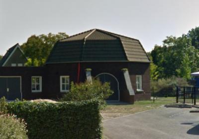 De Woezikse Molen in Woezik is in 1909 gebouwd en in 1924 deels afgebrand. De molenromp is in 2012 afgebroken wegens bouwvalligheid. Jan van Tilburg koopt in 2013 de grond naast zijn zelfgebouwde huis en heeft er een replica van de molen gebouwd. © Google