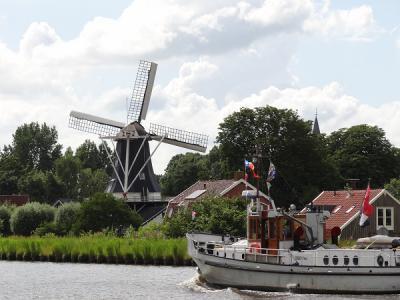 Molen Fram in Woltersum ligt prachtig aan het Eemskanaal. Het is een zeer bijzondere en vrijwel unieke molen. Waarom dat zo is, kun je lezen onder het kopje Bezienswaardigheden. (© Harry Perton / https://groninganus.wordpress.com)