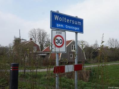 Woltersum is een dorp in de provincie Groningen, gemeente Groningen. T/m 2018 gemeente Ten Boer. Deze foto is van april 2019, toen men dus kort ervoor de aanduiding 'gem. Ten Boer' heeft overgeplakt met de aanduiding 'gem. Groningen'.