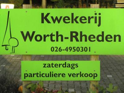 De buurtschap Worth-Rheden heeft geen plaatsnaamborden meer. Je kunt alleen nog aan de naam van deze kwekerij zien dat je je in Worth-Rheden bevindt.