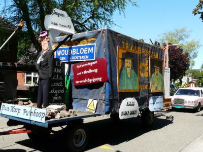 Deze praalwagen heeft in juni 2015 meegedaan aan de jaarlijkse optocht van de dorpen Harkstede en Woudbloem. Waar deze voor buitenstaanders mysterieuze wagen qua tekst en beeld mee te maken heeft, kun je lezen in het hoofdstuk Beeld. (© H.W. Fluks)