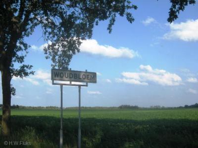 Woudbloem is een dorpje met een compact kerntje, met bebouwde kom en dus blauwe plaatsnaamborden, en een groot buitengebied, met derhalve witte plaatsnaamborden. Dat laatste wordt vaak vergeten, dus netjes van de toenmalige gem. Slochteren! (© H.W. Fluks)