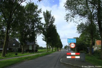 Het dorp Wytgaard viel vanouds onder de gemeente Leeuwarderadeel, sinds 1942 gemeente Leeuwarden. Heel vroeger werd het met y geschreven, in de decennia voor 1980 met een ij, en sindsdien weer met een y.