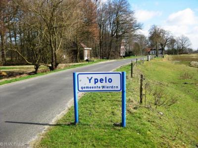 Ypelo wordt in sommige media, zoals recente Topografische atlassen Overijssel en Google Maps, nog als IJpelo geschreven, maar op de plaatsnaamborden staat Ypelo, dus kennelijk is dat de juiste huidige spelling