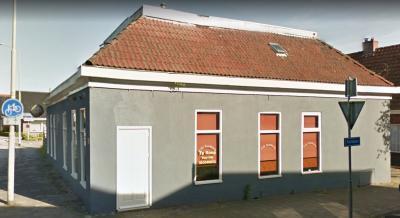 Het voorheen bruisende dorpshart van het dorpje Zandberg, Café Zandberg, heeft een rijke geschiedenis. Lees de mooie verhalen onder het kopje Geschiedenis. Helaas is het niet meer in functie en staat het anno 2017 te koop. (© Google)