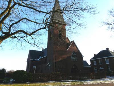 Het zeer kleine Drentse deel van het dorpje Zandberg heeft een eigen kerk: de Sint Josephkerk. Tot 2015 was Zandberg een zelfstandige parochie. In dat jaar is het opgegaan in een groter, regionaal parochieel verband. (© H.W. Fluks)